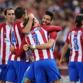 Los jugadores del Atlético de Madrid se abrazan para celebrar un gol
