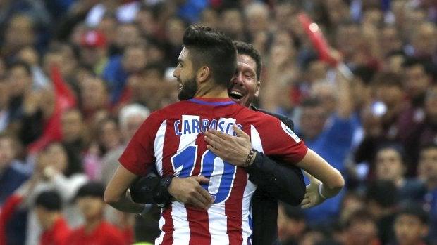 Simeone, celebrando con Yannick Carrasco su hat-trick ante el Granada