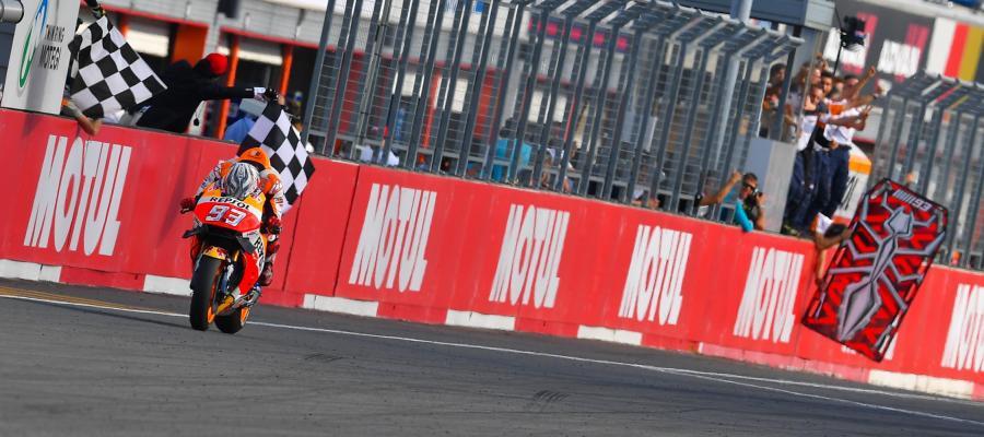 Marc Márquez cruza la línea de meta del GP de Japón para proclamarse campeón del mundo