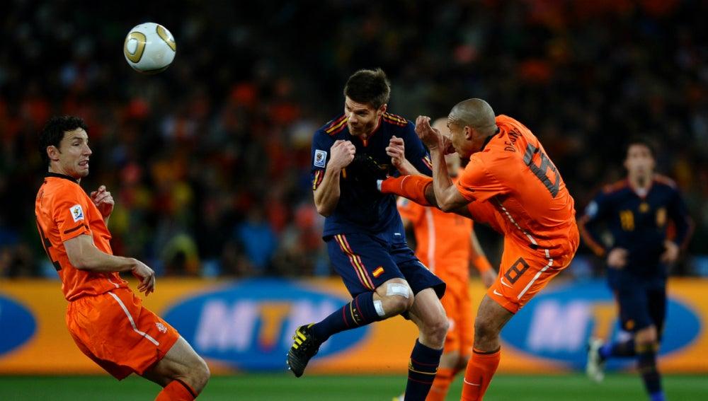 De Jong golpea en el pecho a Xabi Alonso