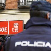 Agentes de la policía custodian la sede del PSOE en la calle Ferraz