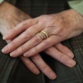 Las manos de una anciana