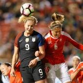 Lindsey Horan y Selina Kuster atacan un balón de cabeza