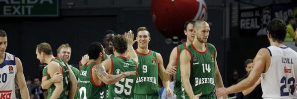 Los jugadores del Baskonia celebran el triple de Brazic.