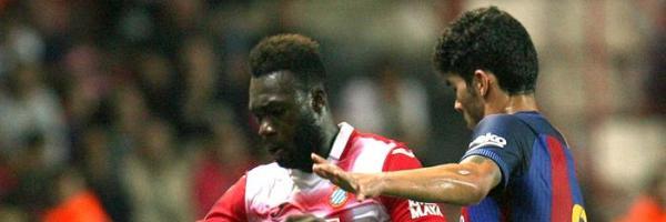 Caicedo lucha por hacerse con el balón con Carles Aleña.
