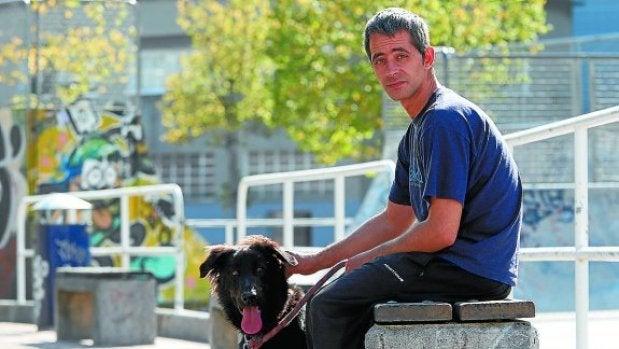 Rubén, junto a su perro Mundo