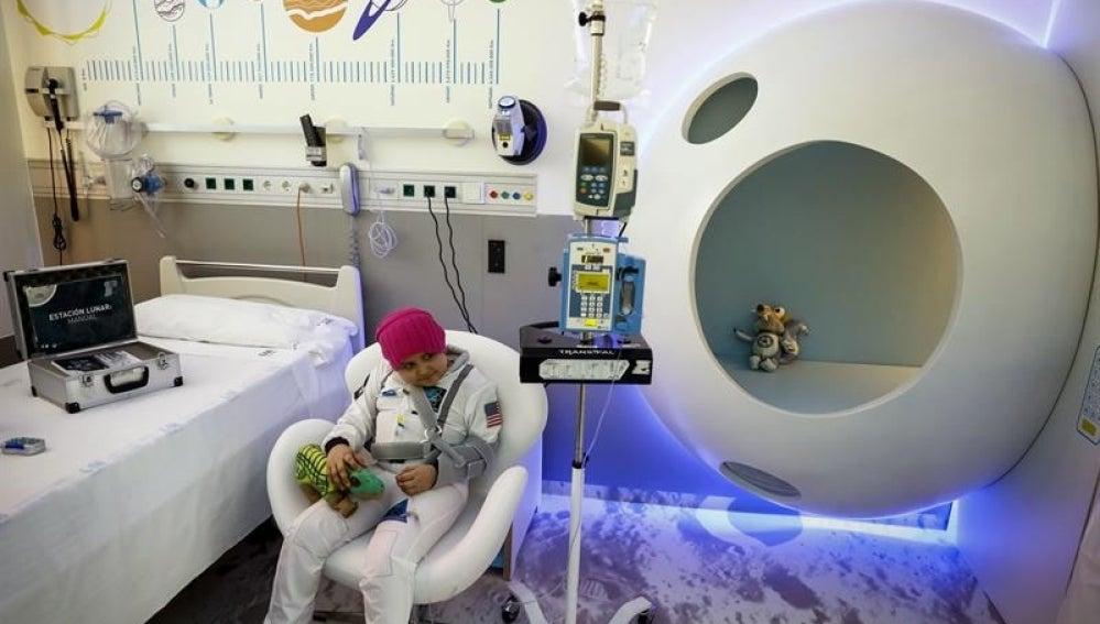 Una habitación de aislamiento que recrea una estación lunar en el Hospital Gregorio Marañón