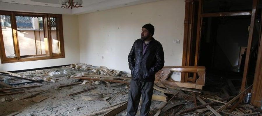 Un hombre supervisa los destrozos registrados en un ataque talibán perpetrado cerca de la Embajada de España en Kabul