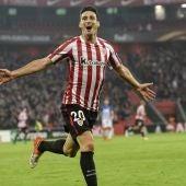 Aduriz celebra uno de sus cinco goles ante el Genk