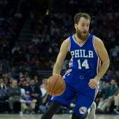 Sergio Rodríguez conduce el balón en un partido con Philadelphia