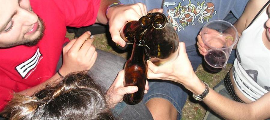 Jóvenes haciendo botellón
