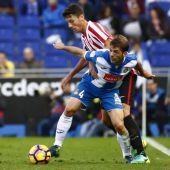 Victor Sánchez, del Espanyol, lucha por el balón con el centrocampista del Athletic de Bilbao Mikel Vesga