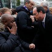 Hollande se acerca a una de las víctimas del 13-N