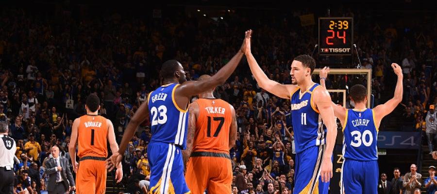 Thompson, Green y Curry celebran una canasta ante los Suns
