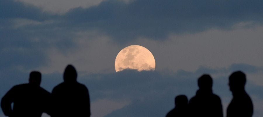 Varias personas observando la superluna