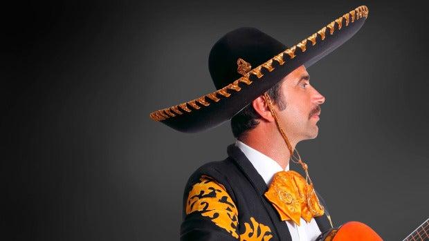 Un hombre contrata a unos mariachis para que sorprendan a su mujer y uno de ellos descubre que es su novia