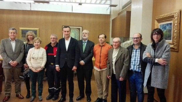 Miembros del equipo de Gobierno con las personas distinguidas.