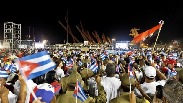 El último adiós a Fidel Castro reúne a miles de personas en Santiago de Cuba