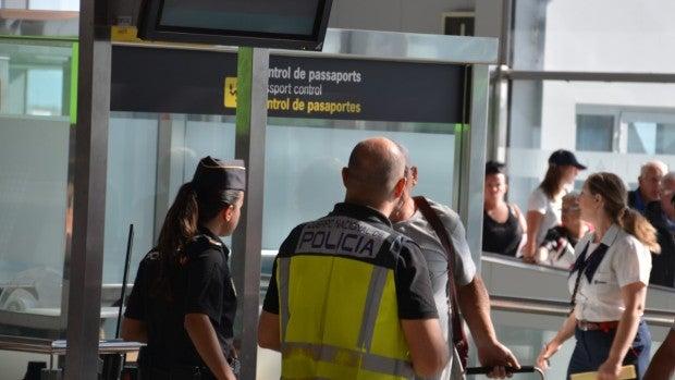 Policía Nacional en el Aeropuerto Alicante-Elche.