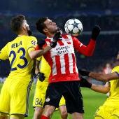 Gaston Pereiro controla un balón ante tres jugadores del Rostov