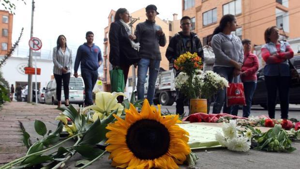 Un grupo de personas se reúnen frente al edificio donde vive el supuesto responsable de la muerte de la niña de 7 años Yuliana Andrea Samboni Muñoz en Bogotá (Colombia)
