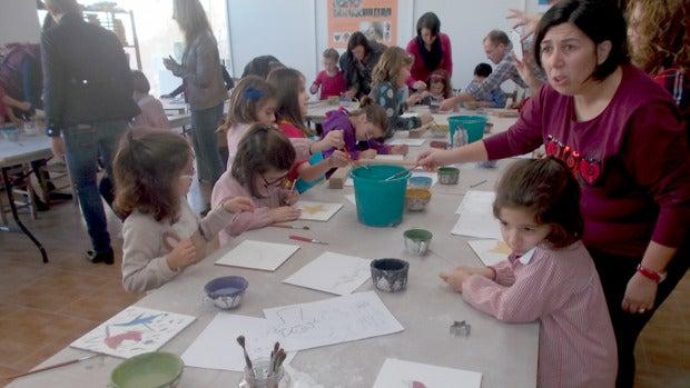 Los más pequeños toman parte habitualmente en los talleres sobre cerámica del museo.
