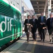El Ministro de Fomento, Iñigo de la Serna, ha supervisado la situación de las obras en un tren prueba.