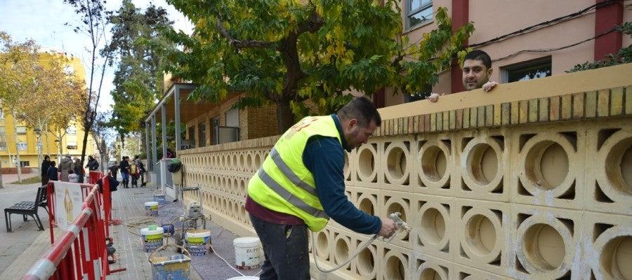 El pla de xoc va començar la setmana passada amb el pintat del perímetre exterior del col·legi Concepció Arenal.