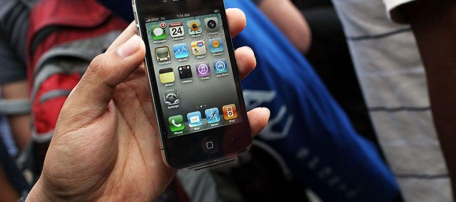 Un usuario con un iPhone 4