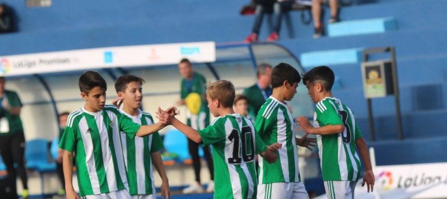 Los jugadores del Betis celebran uno de sus goles