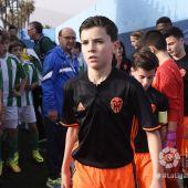 Los jugadores del Valencia se retiran del terreno de juego durante LaLiga Promises