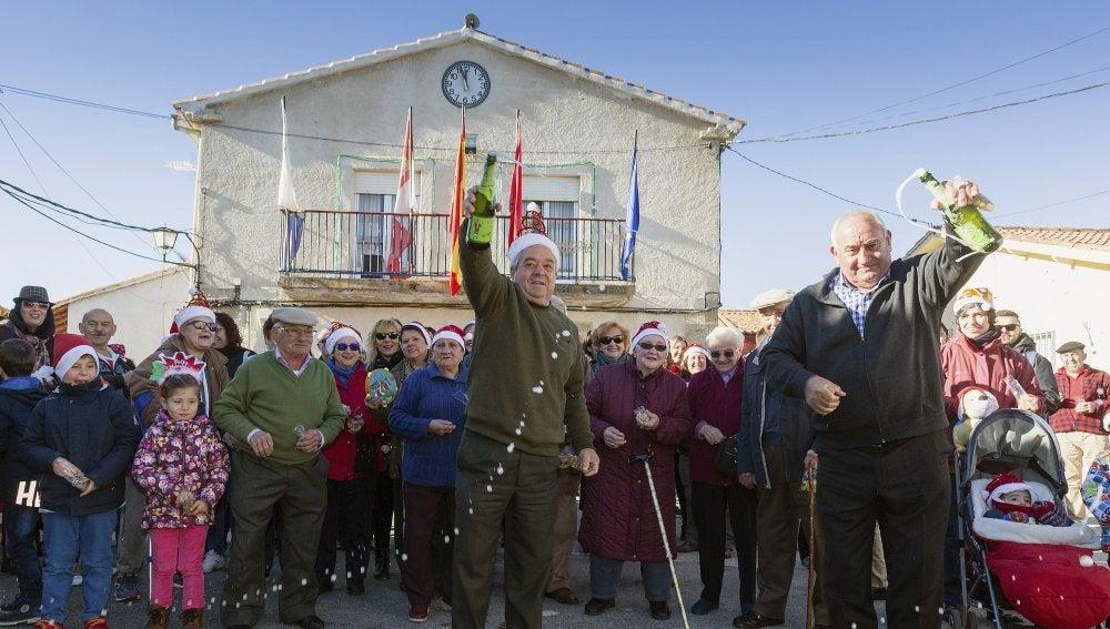 Los vecinos de la pequeña localidad abulense de Villar de Corneja celebran las campanadas a mediodía