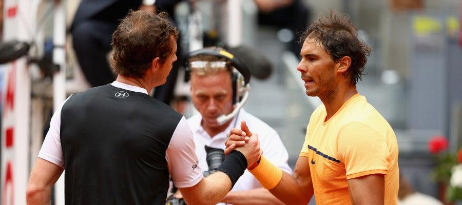 Andy Murray y Rafa Nadal se saludan después de jugar la semifinal del Mutua Madrid Open
