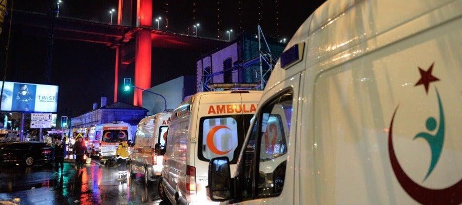 Caravana de ambulancias en Estambul tras el ataque a la discoteca 'Reina'