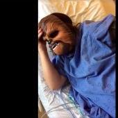Una mujer se graba pariendo con la máscara de Chewbacca