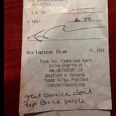 La factura con la nota que escribieron los clientes