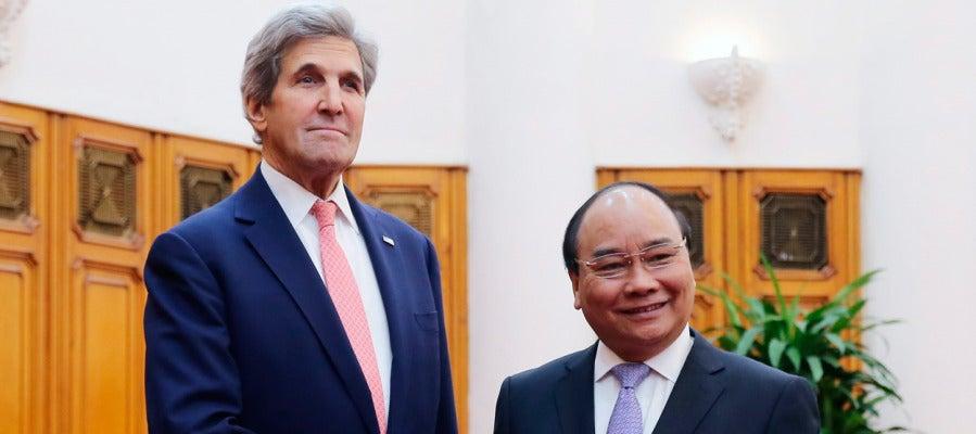 El secretario de Estado estadounidense John Kerry saluda al primer ministro de Vietnam Nguyen Xuan Phuc