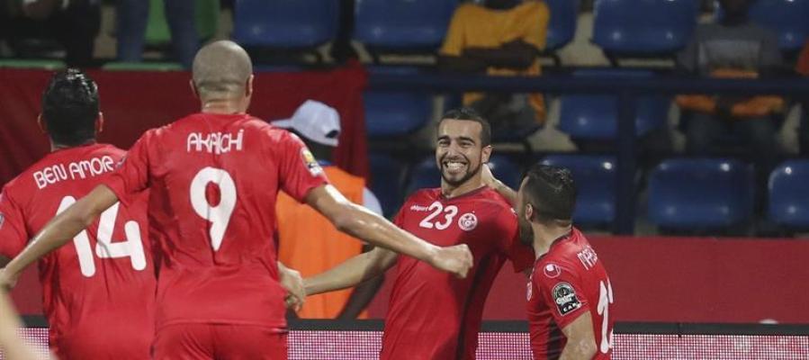 Los jugadores de Túnez celebran su gol a Argelia.