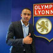 Memphis Depay posa con el escudo del Olympique de Lyon