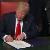 Frame 50.47846 de: Donald Trump firma sus primeras órdenes ejecutivas y proclama el Día del Patriotismo