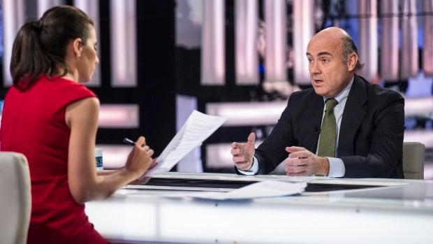 """La tele con Monegal: La """"habilidad escurridiza"""" de Luis De Guindos en las entrevistas"""