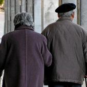 Una pareja de ancianos pasea por la calle