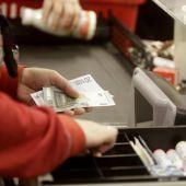 Una cajera de un supermercado devolviendo dinero a un cliente