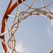 Una canasta de baloncesto vista desde abajo