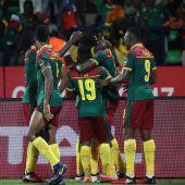 Los jugadores de Camerún celebran un gol.