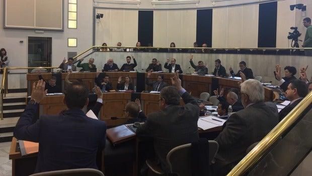 Momento de una votación en el Pleno de la Diputación Provincial de Alicante.