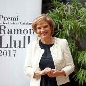 La periodista Pilar Rahola posa tras ganar la XXXVII edición del Premio Ramon Llull de las Letras Catalanas