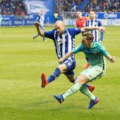 Víctor Laguardia lucha por el balón con Digné.