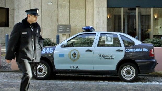 Un preso se escapa de un coche de la policía en Argentina porque los agentes se quedaron dormidos
