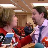 Frame 66.659391 de: Pablo iglesias y Celia Villalobos discuten ente los periodistas en el Congreso
